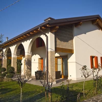 Casa a due piani con porticato