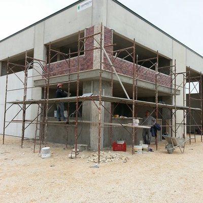 capannone in fase di lavoro