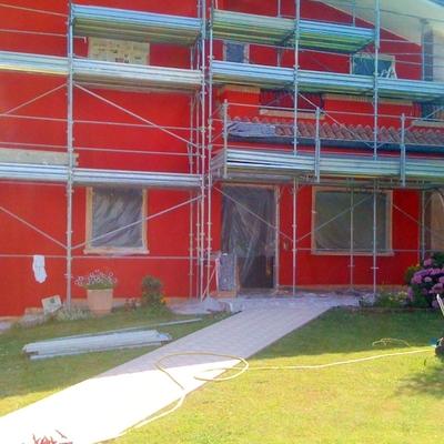 casa in fase di verniciatura nuova