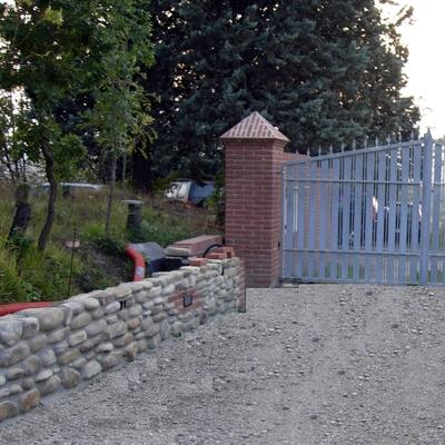 colonna in mattoni pieni e muretto in sasso