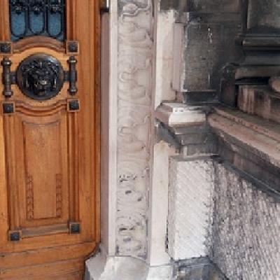 Colonna marmo pulita dal nero smog