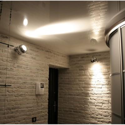 corridoio rivestito finte mattone, soffitto teso bianco lucido