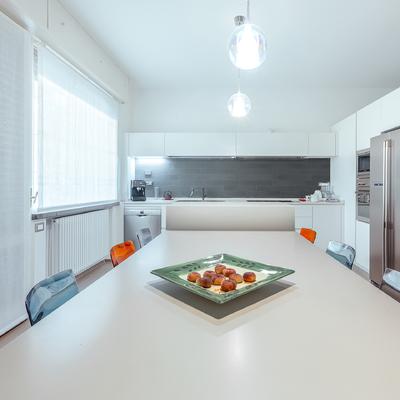 La cucina è un ambiente conviviale, dove la preparazione dei cibi diventa momento di condivisione.