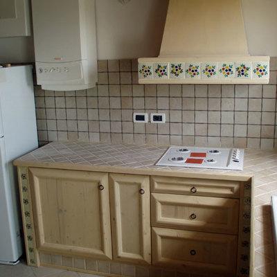 Cucina bianca decorata