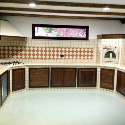 Cucina in muratura con piano in marmo