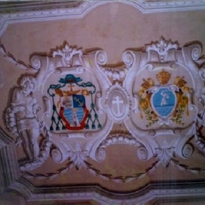 Decorazione pittorica su soffitto (finti stucchi realizzati da De.Co di Davide Lorrai con la tecnica del chiaroscuro)