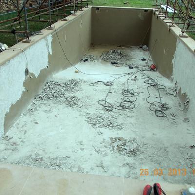 Demolizione di tutto il rivestimento gommoso sia dalle pareti che della pavimentazione