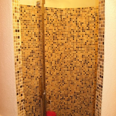 doccia tonda rivestita in mosaico