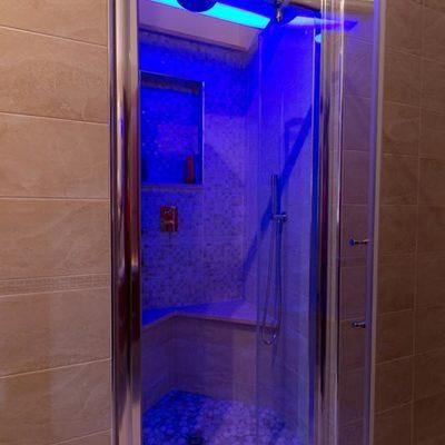 doccia in nicchia con luci emozionali
