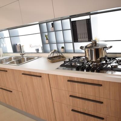Cucina moderna ed elegante, bicolore, spaziosa e dotata di elettrodomestici.  Top in laminato. Ripiani a vista e pensili.