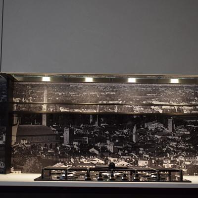 """Schienale con pannello sfondo """"Vicenza"""" . Piano cottura acciaio inox cinque fuochi."""
