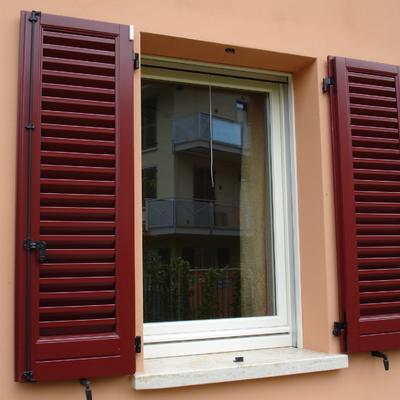 finestra con persiane laccate