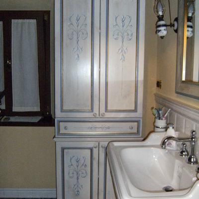 armadietto per bagno decorato