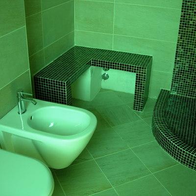 Panca e doccia in muratura con mosaico vetroso 3 x 3