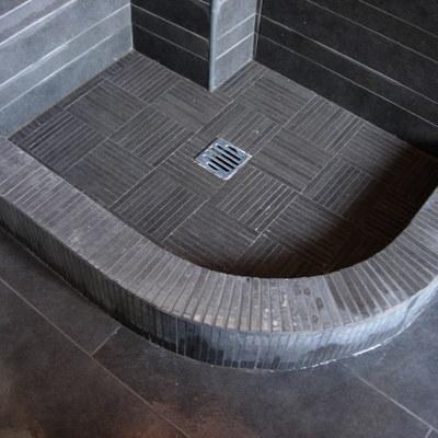 Doccia in muratura con mosaico ceramico 1 x 8