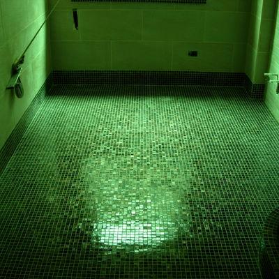 Pavimento con zoccolatura in mosaico vetroso 3 x 3 e rivestimento 30 x 60