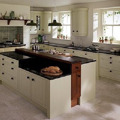 Esempio cucina classica bianca in legno su misura