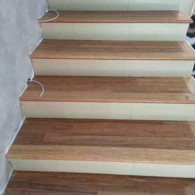 gradinata in legno con alzata in grado porcellanato