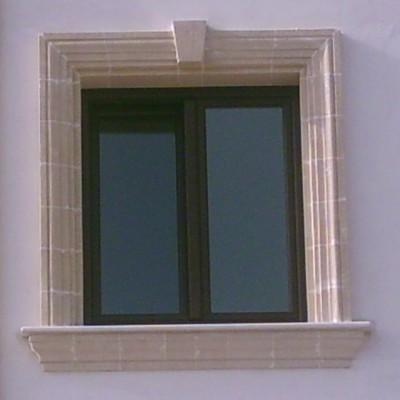 finestra con cornice in tufo