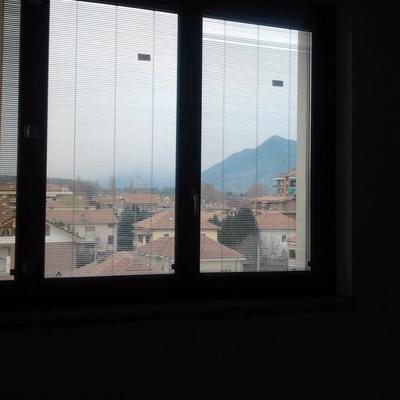 Finestra in legno con veneziane inserite tra i due vetri