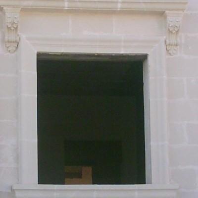 finestra in tufo con decori