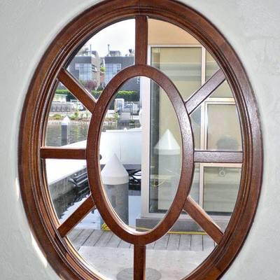 finestra ovale con decoro