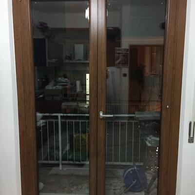 Porta finestra p.v.c. 2 ante 6 camere finitura effetto legno