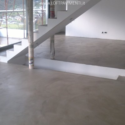 Pavimenti in cemento naturale spatolato a mano