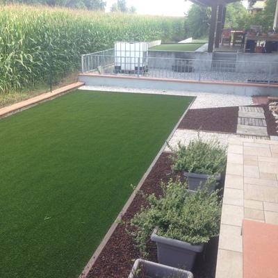 giardino con tappeto sintetico