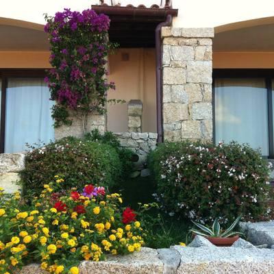 giardino curato da noi, abbiamo rivestito i pilastri e archi in pietra