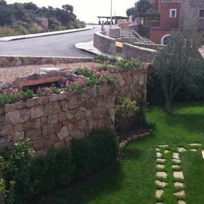 giardino, muro in pietra e basolato