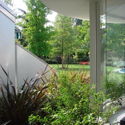 Giardino per casa dalle moderne linee geometriche