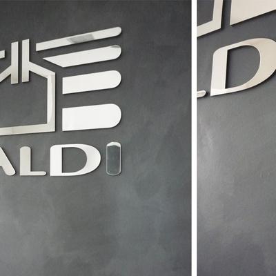 L'azienda Galdi, leader nel settore confezionamento, ha scelto il grigio antracite della finitura decorativa Iso Touch per decorare il suo ingresso.