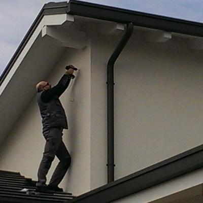 Installazione di sirena sopra il tetto di una villetta