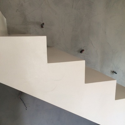 Scala e parete in resina spatolata