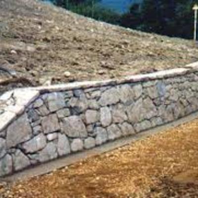 sede stradale e muro in pietra finito