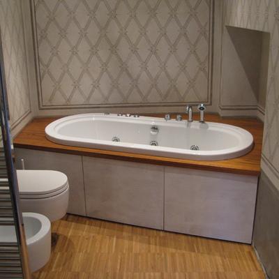Rivestimento vasca idromassaggio con pannelli laccati e piano in teak
