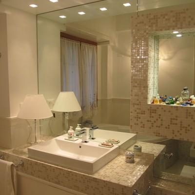 Soluzione Bagno con mosaico e specchi