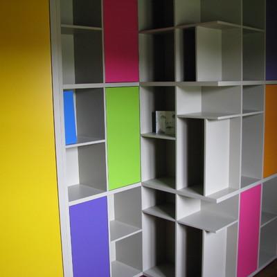 Parete divisoria con libreria e armadio incorporati completa anche di porte - finitura laccata - tutto a misura