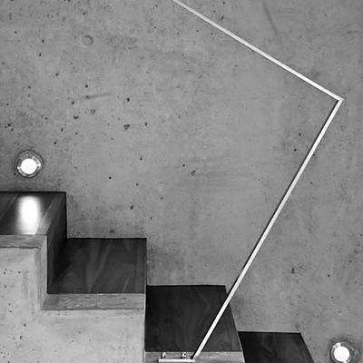 dettaglio scala in cemento faccia vista