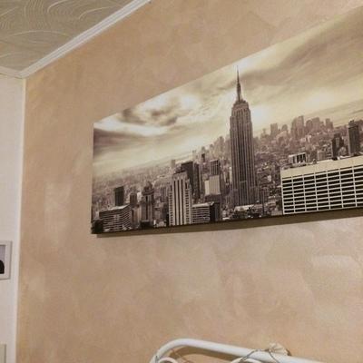 Applicazione stucco su parete letto con le rimanenti bianche con brillantini