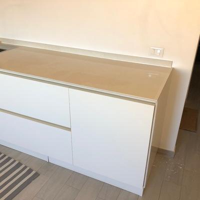 Montaggio Cucina lineare con posa e opera del marmo e alzata frontale e laterale