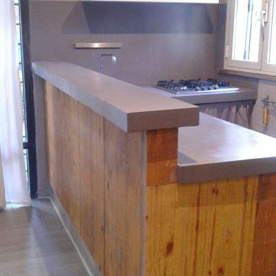 Banco cucina in resina e tavole da cantiere