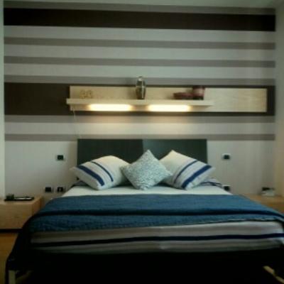 pareti a fasce varie tonalità e dimensioni camera da letto