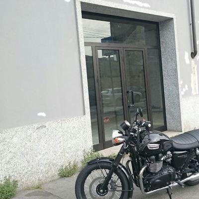 Vetrina in alluminio per negozio di moto