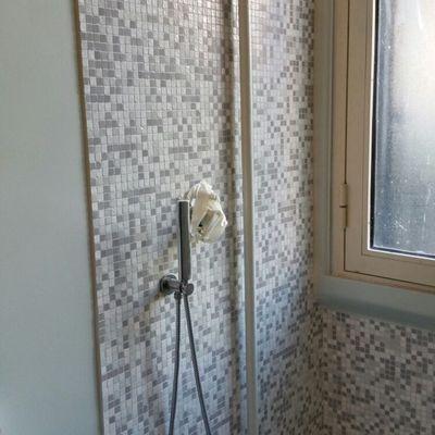 particolare finitura doccia parete