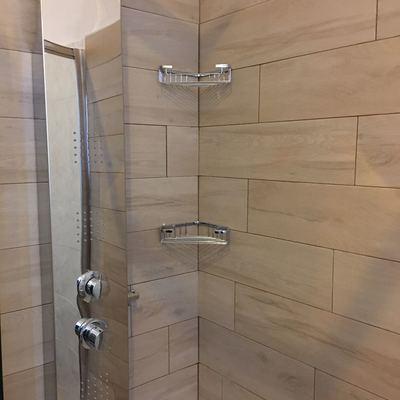 piastrellatura interno doccia con gres porcellanato legno