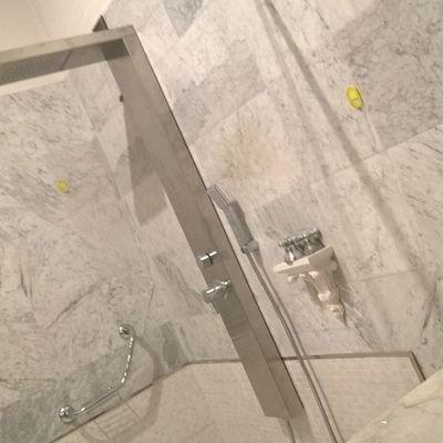 installazione doccia filopavimento con parete walk-in