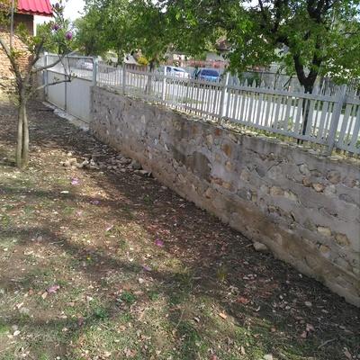 Muro in cemento  e sasso