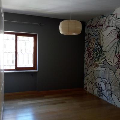 camera smalto, parete in tappezzeria